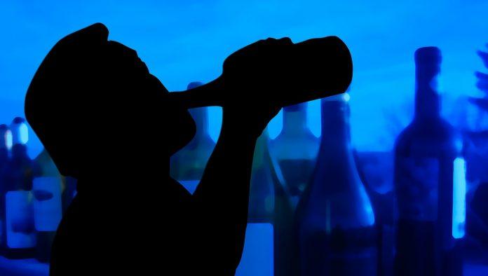 כיצד מצב סוציו-אקונומי ושימוש באלכוהול קשורים